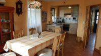 """Essbereich mit Blick in die offene Küche - Bild 2: Reetdachhaus """"Innisfree"""" in idyllischer Lage mit Blick auf das nahegelegene Haff"""