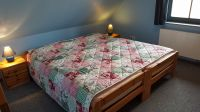 """Schlafzimmer mit Doppelbett im OG - Bild 5: Reetdachhaus """"Innisfree"""" in idyllischer Lage mit Blick auf das nahegelegene Haff"""
