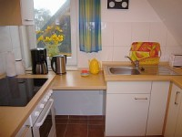 Küche mit Spülmaschine - Bild 8: Fewo am Wieker Bodden 80m zum Wasser, WLAN,Terrasse, Garten, Fahrräder.