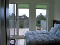Schlafzimmer Süd mit Blick auf die Terrasse - Bild 2: 3-Zimmerterrassen FeWo Zempin - Strandnah - WLAN und Schwimmbad kostenfrei