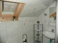 helles Bad mit Waschbecken, Dusche und WC. Handtücher,Föhn,Toilettenspiegel, Kosmetikspiegel sind vorhanden. - Bild 5: Ferienwohnung am Weissenstädter See im Fichtelgebirge