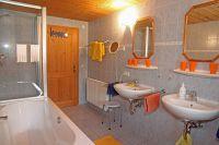 Das große Bad hatte Wanne und Dusche. Es gibt ein separates WC in der Wohnung. - Bild 5: Kinderfreundliche Ferienwohnungen Landhaus Jörg im Allgäu - Familienwohnung