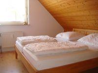 Schlafzimmer mit Doppelbett im OG - Bild 8: Nordseeferienhaus Sandboll im Nordseeheilbad Friedrichskoog-Spitze
