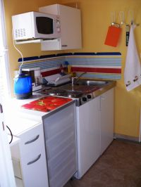 Voll ausgestattete Kleinküche mit 2-Platten-Herd und reichlich Geschirr. - Bild 5: Idyllisches Ferienhaus in Neuenhagen bei Berlin
