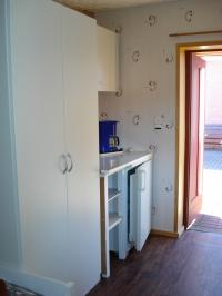 Lotte - Küchenzeile, Schrank und Eingang (neu renoviert 2011) - Bild 17: Ferienwohnung im Bungalow direkt an den Boddenwiesen 350 m Ostsee