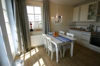 Der Essplatz befindet sich vor der Küchenzeile. - Bild 2: Kühlungsborn: Villa Strandkuss Ferienwohnung Muschelsucher an der Ostsee