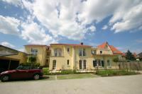 Blick von den Parkplätzen zur Villa Strandkuss - Bild 8: Kühlungsborn: Villa Strandkuss Ferienwohnung Muschelsucher an der Ostsee
