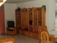 Wohnzimmer mit Polstergarnitur, Farb-Sat-TV, Stereoanlage etc. - Bild 2: Doppelhaushälfte in ruhiger Sackgassenlage im Küstenbadeort Neßmersiel