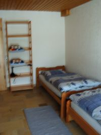 mit zwei Einzelbetten, Schrank und Zugang zur Terrasse - Bild 5: Ferienwohnung Bärbele im Neckartal am Fuße der Schwäbischen Alb