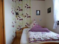 Das Schlafzimmer 2 ist mit einem Doppelbett 140x200 cm, Sessel und ebenfalls einem Einbauschrank ausgestattet. - Bild 11: Eifel-Ferienhaus Fliegenpilz - für Ihren Urlaub mit und ohne Hund