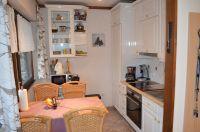 In der zum Wohnraum offenen Küche finden Sie alles, was in einer guten Küche gebraucht wird. - Bild 8: Eifel-Ferienhaus Fliegenpilz - für Ihren Urlaub mit und ohne Hund