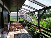 Von der überdachten Veranda haben Sie einen herrlichen Blick auf den gegenüberliegenden Wald. - Bild 2: Eifel-Ferienhaus Fliegenpilz - für Ihren Urlaub mit und ohne Hund