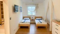 mit 2 Einzelbetten, TV, Kommode ... - Bild 11: Ferienhaus am Schlosspark in Berlin - umfangreich saniert in 2016