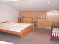 Ander Ansicht des Schlafzimmers: Mit Einbauschränken und Kinderbett. - Bild 2: Appartement Nr. 8 in der Zigeunermühle in Weißenstadt/Fichtelgebirge