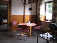 Der Essplatz. Der Tisch wurde gerade durch einen rechteckigen und hellen Stühlen ersetzt. Bild folgt. - Bild 2: Appartement Nr. 7 in der Zigeunermühle in Weißenstadt/Fichtelgebirge