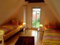 Zwei Einzelbetten - auf Wunsch könenn sie natürlich auch zusammen geschoben werden - Bild 5: Ferienwohnung Mühlenblick in Rysum bei Greetsiel
