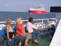 Ein Autotransporter kreuzt den Schiffsweg nach Borkum - Bild 23: Ferienwohnung Mühlenblick in Rysum bei Greetsiel
