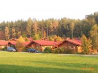 Dies Bild gibt Ihnen einen Überblick über das Feriendorf. Das AWM-Ferienhaus liegt am hinteren Waldrand. Sie erkennen es am Schornstein. - Bild 2: AWM-Ferienhaus im Bayerischen Wald, gemütliches Holzblockhaus mit Kaminofen