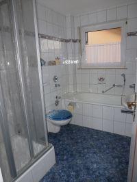 im Bad befinden sich Dusche, Badewanne, Waschbecken und der neuzeitliche Donnerbalken. Handtücher sind inkl. - Bild 5: Ferienwohnung Fulda - Sickels, Fam. Fenske heißt Sie herzlich willkommen!