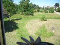 Dort liegt der Sportplatz und der Kinderspielplatz mit Tischtennisplatte direkt vor dem Hof. - Bild 11: FeWo Kastanienblüte, nahe der Peene, dem Amazonas des Nordens