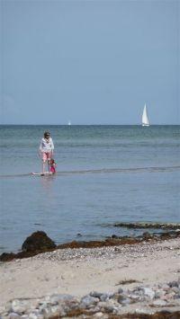 der Strand fällt flach ab, so ist er auch für kleinere Kinder eine Attraktion - Bild 5: BACKBORD-HAUS strandnaher Hundeurlaub im ruhig gelegenen Ferienhaus