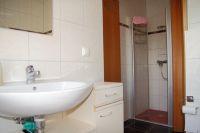 das Bad im Erdgeschoss verfügt über eine Badewanne und eine Dusche - Bild 11: Kinder- u. hundefeundliches Ferienhaus in Binz, hell u. modern, mit Garten
