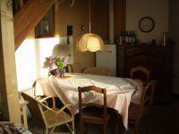 Die Küche hat ein Fenster nach Westen mit herrlichem Blick auf die Dorfsilhouette und Abendsonne - Bild 2: Ferienwohnung mit Schwimmbad in SW-Frankreich, Nähe Atlantik