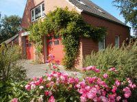 Der Garten ist rundum das Haus. Hinten mit einer überdachten Veranda. - Bild 2: Haus am Fluß, Garten, Nordseenähe, gerne Familien,Paare,Singles, Hunde