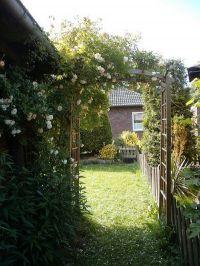 Garten hinter dem Haus mit Blick zum Nachbarhaus - Bild 5: Haus am Fluß, Garten, Nordseenähe, gerne Familien,Paare,Singles, Hunde