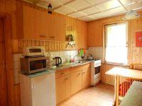 Küchenzeile mit Herd / Spüle / Mikrowelle / Kühlschrank - Bild 11: Ferienhaus im Grünen für 2 - und 4 - beiner