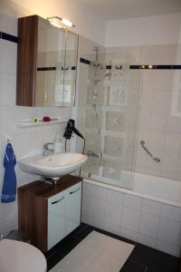 Badezimmer mit Badewanne und gleichzeitiger Möglichkeit zum Duschen - Bild 8: Komfortabel und moder eingerichtete FEWO, nur ca. 700 m vom Strand entfernt