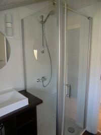 Die Dusche hat einen ebenerdigen Einstieg und eine große Türe. - Bild 5: Meerchenhaus in Schönhagen ca. 500m vom Strand entfernt mit Internetnutzung