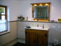 Das Badezimmer verfügt über Fußbodenheizung, Dusche, Wc und Waschbecken. Ein elektrischer Heizkörper ist ebenfalls vorhanden. - Bild 2: Ferienhaus Beestland am Rande der Mecklenburgischen Schweiz für 6 Personen