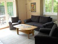 Sitzgarnitur mit bequemer Schlafcouch. Zugang zu Garten und Terrasse. - Bild 17: Ferienhaus BUTEN gemütliche Doppelhaushälfte mit Terrasse und Garten
