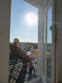 Blick aus der Küche auf den Balkon - Bild 8: Appartement Strandpromenade - direkt am Strand