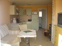 Sie sehen denWohnbereich mit Einbauküche. - Bild 5: Bungalow B bei Blankenburg am Südhang mit Panoramablick