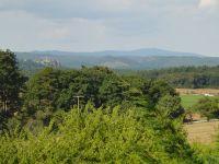 Man hat einen Blick auf die Harzberge mit dem Brocken. Links sieht man die Burgruine Regenstein. - Bild 8: Bungalow C bei Blankenburg am Südhang mit Panoramablick
