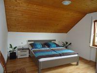 Zwei dieser Schlafzimmer mit großem Schiebetürenschrank sind identisch! - Bild 5: Ferienwohnung Haus Baier****mit Balkon, in 15 Minuten am Bodensee