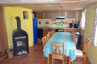 Küchenbereich mit 12 Pers. Esstisch - Bild 8: Haus am Bergflüsschen - Whirlwanne - Garten - Pool - Sauna - Alleinnutzung
