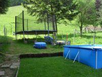 mit Riesentrampolin 4.35m, Gartenbank auf der offenen Waldwiese, Sandkasten,Kindergartenmöbel, Sonnenliegen - Bild 5: Haus am Bergflüsschen - Whirlwanne - Garten - Pool - Sauna - Alleinnutzung