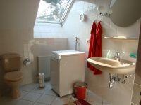 Dusche, Badewanne und WC, Fenster mit Verdunklungsmöglichkeit. Die Waschmaschine steht Ihnen ohne weitere Kosten zur Verfügung. - Bild 11: Ferienwohnung Bandow in Woltersdorf bei Berlin