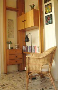 Hier finden Sie eine kleine Bibliothek und Ihren Hotspot für die Verbindung über WLAN ins Internet. - Bild 11: Großzügige Ferienwohnung mit Meerblick im Ostseebad Hohwacht