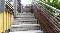 Gut geschützte Treppe mit rauem Natursteinbelag zur Ferienwohnung - oben ein Holztor für unbeschwerten Aufenthalt auf der Loggia - Bild 8: Hundefreundliche komfortable Vier-Sterne-FeWo mit Sauna an der Nordsee