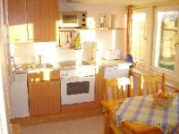 Die Küche mit Ceranherd, Mikrowelle, Kühlschrank und Geschirrspüler sowie Platz für 4-6 Personen - Bild 5: Ferienhaus Seeblick im Nordsee-Bad Dangast direkt beim Strand mit Hund