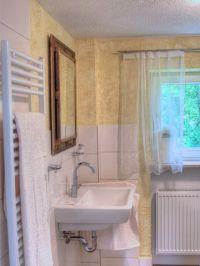 Sanitäre Ausstattung:    -Badewanne für 2 Personen -Dusche und WC -Fön in jedem Badezimmer -1 großes Duschbadetuch,  -2 kl. Badetücher p.P. -Separates WC mit Handwaschbecken -2 Badezimmer  -Separates Gäste-WC mit Handwaschbecken ganz in Weiß gehalten.  In jedem Badezimmer sind Hand- und Badetücher sowie ein Fön vorhanden. Entspannung und Wohlbefinden finden Sie auch in der großen Badewanne für 2 Personen. - Bild 8: Ferienhaus Allgäuperle, Perle in malerischer Landschaft des Allgäus.