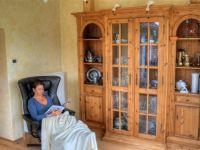 -Relaxsessel -Holzschrank mit Gläsern - Bild 11: Ferienhaus Allgäuperle, Perle in malerischer Landschaft des Allgäus.