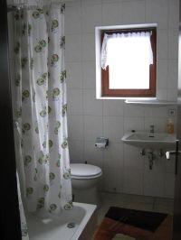 kleines Bad mit Dusche, WC und Waschbecken - Bild 11: Ferienwohnung EifelNatur 2 - großzügige 3-Sterne-FeWo für bis zu 7 Personen