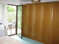 Großzügiges Schlafzimmer mit Kleiderschrank und Zugang nach Außen - Bild 5: Ferienwohnung EifelNatur 2 - großzügige 3-Sterne-FeWo für bis zu 7 Personen