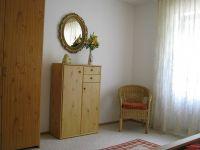 großzügiges Schlafzimmer mit Schrank, Kommode und Sitzecke - Bild 8: Ferienwohnung EifelNatur 2 - großzügige 3-Sterne-FeWo für bis zu 7 Personen