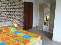 Doppelbett und großer Kleiderschrank - Bild 14: Ferienhaus EifelNatur 1 - großzügige und komfortable 4-Sterne-FeWo